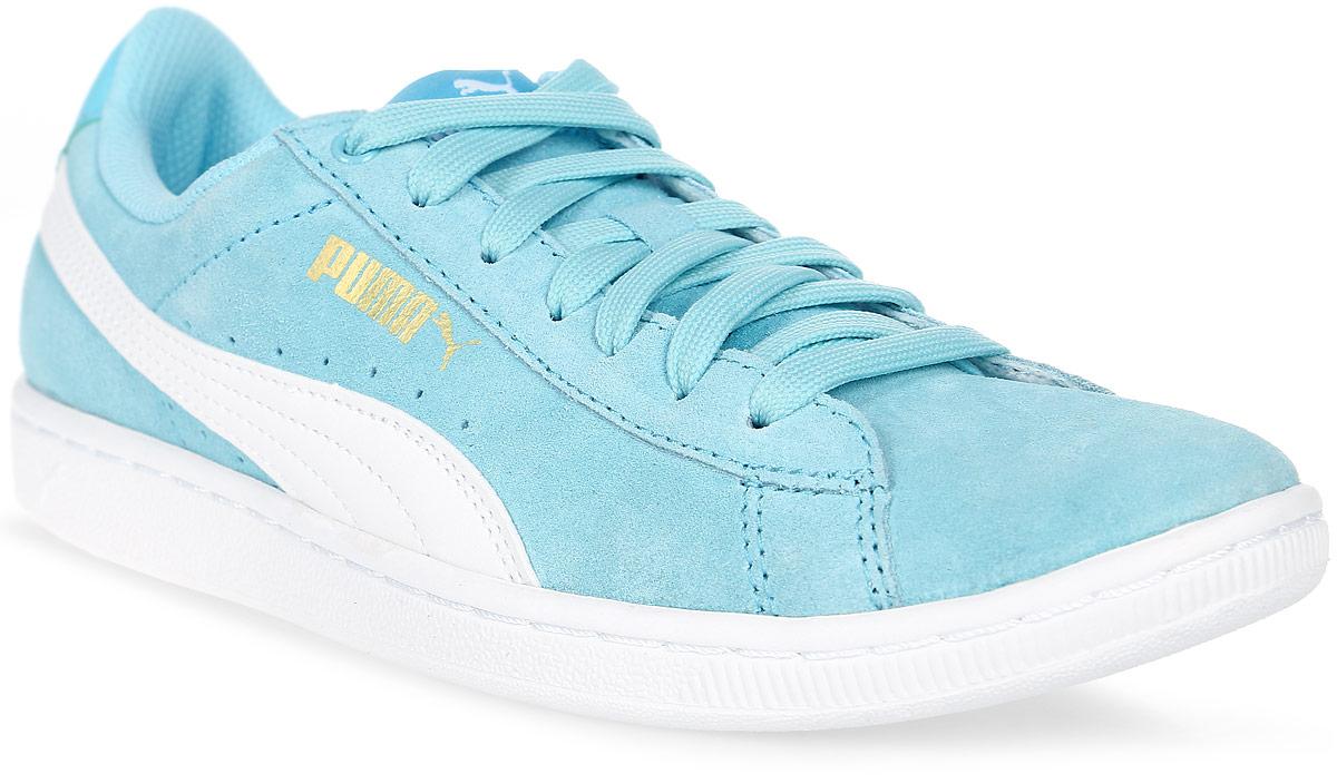 Кеды36262414Вся линейка Vikky от Puma - это сочетание спортивности и женственности, и эта модель не исключение. Выросшая из баскетбольной обуви модель представлена с классическим верхом из замши. Обувь фиксируется на ноге при помощи классической шнуровки. О вашем комфорте и свежести позаботится стелька из материала SoftFoam, который не только устраняет неприятные запахи, но и обладает памятью, фиксирующей все анатомические особенности стопы. В обуви серии Vikky от Puma можно зажигать где угодно!