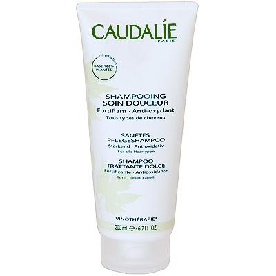 Caudalie Мягкий шампунь для волос Body Vinotherapie, 200 мл073Его моющая основа растительного происхождения, обогащенная питательными компонентами, не пересушивает кожу головы. Экстракт винограда укрепляет чешуйки волос, даря им ослепительный блеск. Пшеничный протеин и провитамин В5 способствуют легкому расчесыванию волос и оставляют ощущение необычайной легкости с изысканным тонким ароматом Цветка Винограда. Секрет красоты Винотерапевта: содержащий как минимум 97% компонентов растительного происхождения, без лаурат сульфата натрия, этот шампунь и эти гели для душа превосходно подходят даже для самой чувствительной кожи. Характеристики: Объем: 200 мл. Производитель: Франция. Создание марки Caudalie началось в 1993 году со встречи молодой семейной пары Матильды и Бертрана Тома и профессора Веркотерена, президента Всемирной Группы по исследованию полифенолов и Лаборатории натуральных Субстанций на кафедре фармацевтики университета города Бордо. Основой косметики Caudalie являются вино, виноград и их...