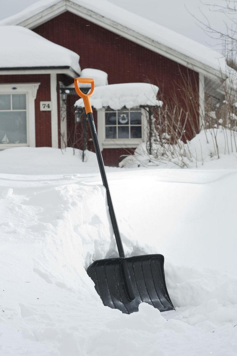 Скрепер для снега Fiskars, ширина 53 см