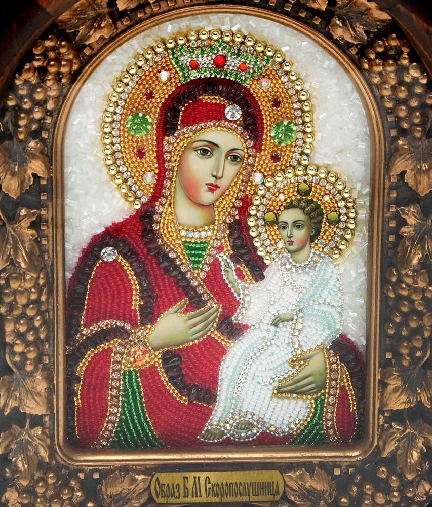 Икона Божией Матери Скоропослушница, 5_15_185_15_18Православная икона Дивеевские иконы - это не только качественная ручная работа мастеров, но и вложенная в них негасимая любовь. Особенно это чувствуется, когда на икону попадают солнечные лучи - она озаряется внутренним светом и теплом, излучая его в окружающее пространство. Такие иконы подарят Вам и Вашему дому теплый свет благословения, а также могут передаваться по наследству как семейная реликвия и родовой оберег. Непревзойденное качество, вложенная любовь и благословение превращают эти иконы в настоящее произведение искусства, дарящее чудо причастности к духовному миру. Материал: Оклад из массива сосны, внутренний оклад из гипса, бисер, стразы, натуральные камни.