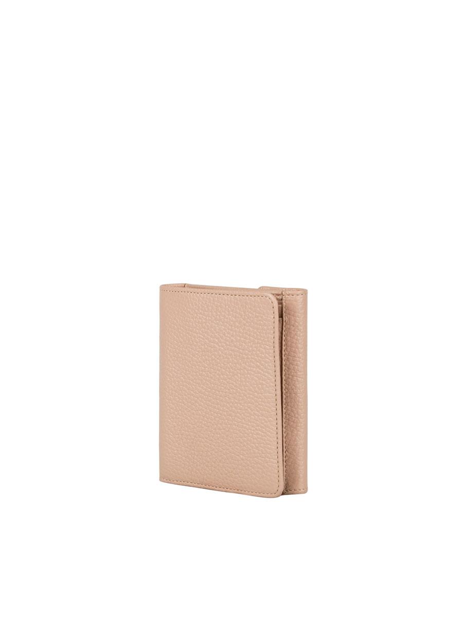 Портмоне женское Fabula Solo, цвет: светло-розовый. PJ.107.RKPJ.107.RK.розовое_пралинеКомпактное женское портмоне из коллекции «Solo»» выполнено из натуральной зернистой кожи. Закрывается клапаном на кнопку. Внутренний функционал: два отделения для купюр, шесть карманов для кредитных карт. На оборотной стороне глубокий карман для мелочи, закрывающийся на кнопку.