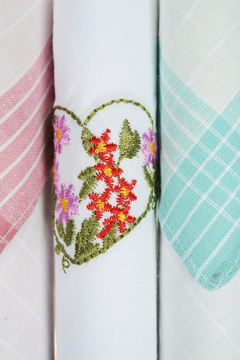 Платок носовой женский Zlata Korunka, цвет: розовый, белый, бирюзовый, 3 шт. 40423-43. Размер 28 см х 28 см40423-43Небольшой женский носовой платок Zlata Korunka изготовлен из высококачественного натурального хлопка, благодаря чему приятен в использовании, хорошо стирается, не садится и отлично впитывает влагу. Практичный и изящный носовой платок будет незаменим в повседневной жизни любого современного человека. Такой платок послужит стильным аксессуаром и подчеркнет ваше превосходное чувство вкуса. В комплекте 3 платка.