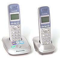 Panasonic KX-TG2512 RUSKX-TG2512RUSТелефонный аппарат - это уже привычная часть нашей жизни, без которой не обходится ни один человек. Телефонный аппарат Panasonic KX-TG2512RUN - современная стильная модель, дизайн которой подчеркнет уютную обстановку вашего дома или дополнит имидж вашего офиса. Телефонный аппарат Panasonic KX-TG2512RUN обладает набором всех необходимых функций, поэтому пользование телефоном, несомненно, будет удобным и комфортным. При этом он очень прост в эксплуатации, в нем сможет разобраться даже ребенок. Телефонные аппараты Panasonic много лет пользуются огромной популярностью за счет своего проверенного временем качества и способностью всегда быть на шаг впереди конкурентов. Дополнительная трубка в комплекте АОН, Caller ID (журнал на 50 вызовов) Спикерфон на трубке Голубая подсветка трубки Телефонный справочник (50 записей) Полифонические мелодии звонка Кириллица на дисплее Время/дата на дисплее Повторный набор номера Переход...
