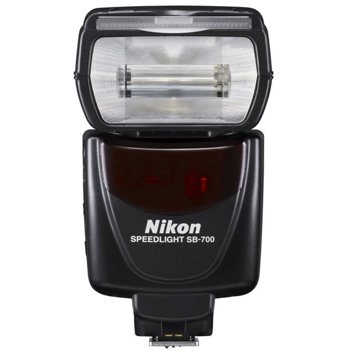 Nikon Speedlight SB-700FSA03901Универсальная, простая в использовании вспышка Nikon Speedlight SB-700 совместима с зеркальными фотокамерами Nikon форматов FX и DX и системой креативного освещения Nikon. Она невероятно удобна в работе и поддерживает ряд усовершенствованных функций, которые упрощают управление качеством и направлением света. Три шаблона освещения вспышкой обеспечивают полный контроль над зоной охвата вспышки, а легкодоступный режим A:B позволяет удаленно управлять несколькими вспышками. Эта вспышка в компактном корпусе – идеальный и удобный инструмент, с помощью которого можно снимать креативные фотографии и получать более сбалансированные изображения в непростых условиях освещения.