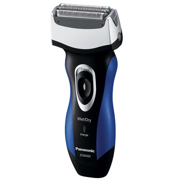 Panasonic ES 6002A 520ES6002A520Эксклюзивная электробритва Panasonic ES-6002A520. Лезвия бритвы из сверхпрочной японской стали, использующейся в производстве самурайских мечей, обеспечивают идеально чистое бритье. Использование пены помогает бритве легче скользить по коже, обеспечивая удивительно ощущение комфорта. Пена также способствует вытягиванию волосков, что позволяет сбривать их максимально близко к корням. Помимо чистоты и удобства влажное бритьё дарит ещё и несравненную свободу действий - теперь бриться можно, даже принимая душ. Бритва разработана так, чтобы максимально комфортно располагаться в руке, как того требует эргономика. Обеспечен и комфорт собственно бритья: благодаря наклону головки бритву удобно прижимать к коже, переключатели легко доступны, вставки из эластомера исключают выскальзывание и т. д. И какую бы половину лица Вы ни брили - подручную или противоположную, - волоски безотказно улавливаются без значительных движений плеча и руки.