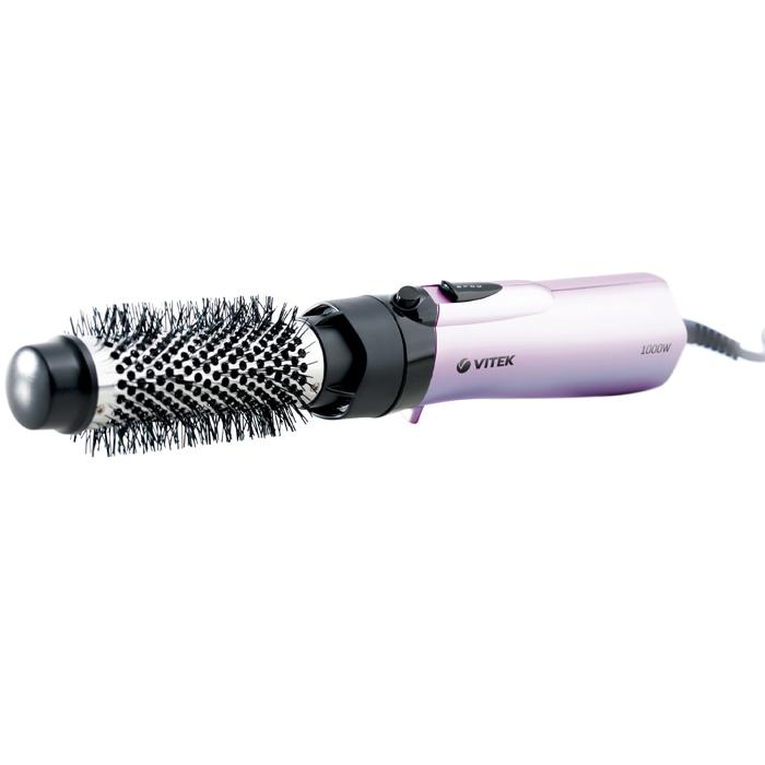 Vitek VT-1326-01 фен-щетка1326-VT-01Стильные укладки каждый день? Теперь это возможно с фен-щеткой VT-1326-01. Благодаря различным насадкам, входящим в комплект, вы можете легко создавать новые образы. При помощи фен-щетки вы с легкостью завьете волосы, установив специальные щипцы для завивки. Идеально выпрямить вьющиеся волосы вы сможете благодаря насадке для выпрямления. Придать волосам объем вы можно при помощи круглой термощетки. Вам понравится простота применения данного устройства, ведь все элементы управления располагаются на ручке фен-щетки, а потому переключать режимы можно одним движением пальца.