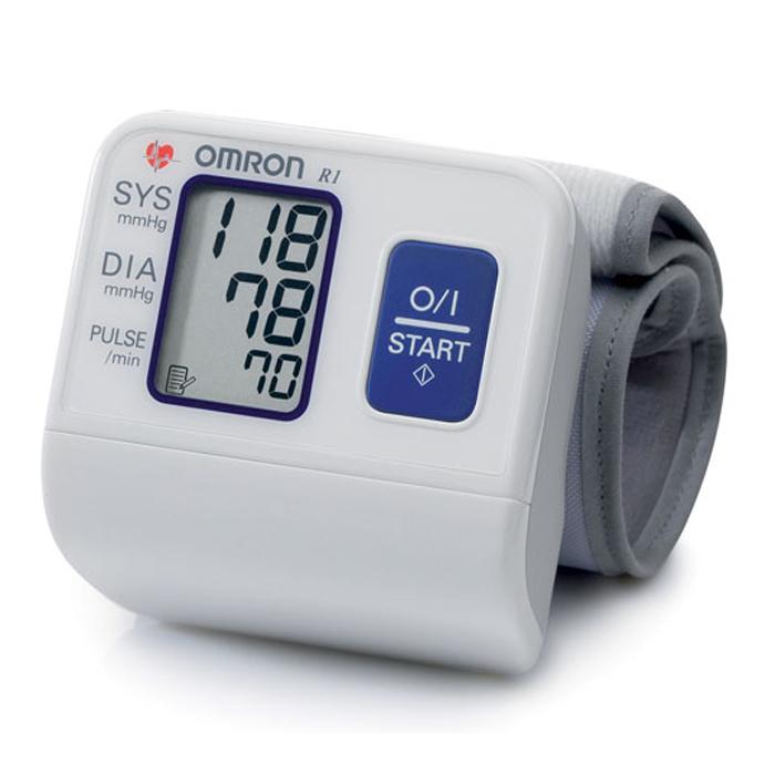 Omron R1 тонометр000 000 00162Измеритель артериального давления и частоты пульса автоматический на запястье OMRON, модель R1. Это замечательный, компактный и простой в использовании прибор, идеально подходит для тех, кто часто контролирует свое артериальное давление. Небольшая, заранее приданной формы манжета легко и удобно накладывается на запястье. Тонометр OMRON R1 работает на основе осциллометрического метода. Он легко и быстро измеряет артериальное давление и частоту пульса. Прибор использует усовершенствованную технологию «IntelliSense», которая обеспечивает комфортное для пациента управляемое нагнетание воздуха в манжету без предварительной установки требуемого уровня давления воздуха или его повторной накачки. Прибор также сохраняет последнее измерение в памяти.