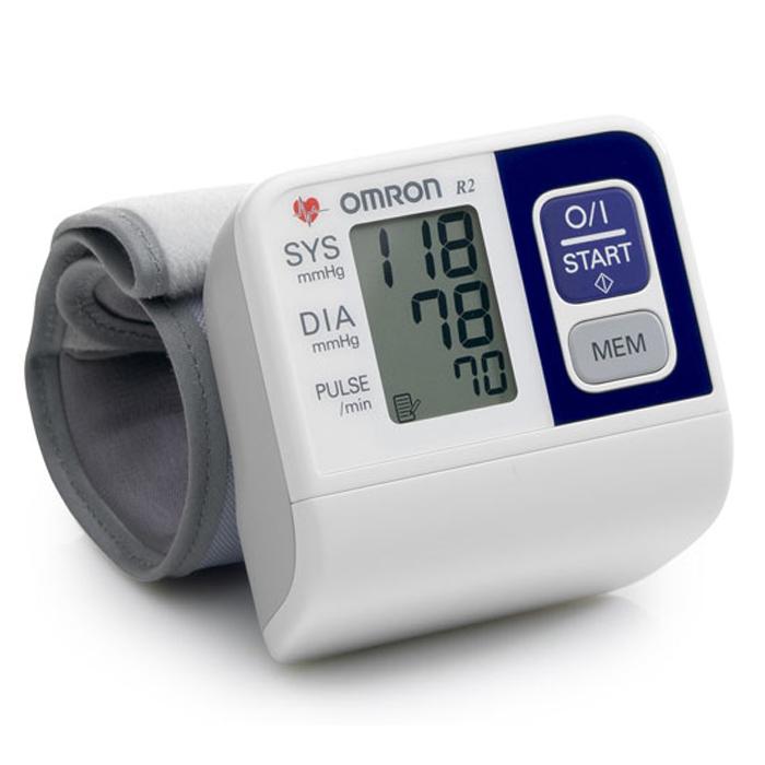 Omron R2 тонометр195Подробное описание: Измеритель артериального давления и частоты пульса автоматический на запястье OMRON, модель R2. Тонометр на запястье Omron R2 - это надежный прибор для контроля давления в любом удобном для Вас месте, обладающий минимальным необходимым набором функций. Интеллектуальная система Intellisense автоматически накачает давление в манжете до нужного уровня, что важно при получении точных результатов измерения. Тонометр Omron R2 снабжен жидкокристаллическим дисплеем, на котором отображаются все показания измерения, что позволяет легко считывать получаемую информацию. Увеличенная манжета для запястья с окружностью 13,5-21,5 см подойдет практически всем пользователям.