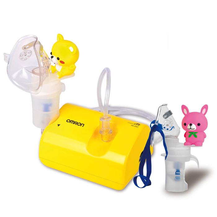Omron NE-C24-RU Kids детский небулайзер компрессорный NE-C801S-KDRUУТ000000652Компрессорный небулайзер Omron CompAir NE-C24 Kids предназначен для домашнего использования. Применяется для профилактики и лечения таких заболеваний как бронхиальная астма, хроническая обструктивная болезнь легких (ХОБЛ), хронический бронхит, бронхоэктатическая болезнь, муковисцидоз, ринит, фарингит, синусит, ларингит, трахеит и другие респираторные заболевания. Вам больше не придется беспокоить домашних неприятным звуком компрессора, так как уровень шума работы OMRON Comp AIR C24 Kids составляет 46 дБ. Для понимания обозначим, что уровень шума в тихой комнате дома составляет примерно 40 дБ. Маленькие дети часто боятся громкого гудящего звука, который издает обычный компрессор при работе. OMRON CompAir C24 Kids поможет снять приступ у ребенка и не напугает его. Новый ингалятор весит всего 270 грамм, что делает его весьма мобильным – прибор удобно брать с собой в поездки. В комплект также входит сумка для переноски и хранения. Минимальная потеря...