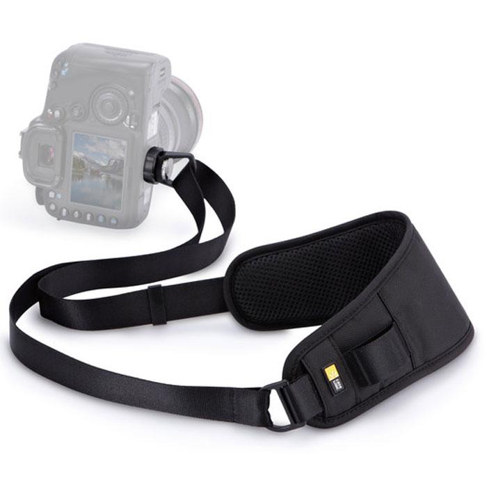 Case Logic DCS-101K, Black плечевой ремень для зеркальной камерыCL_DC_DCS-101KСумка Quick Sling — рекордсмен по быстроте извлечения фотоаппарата. Она удобно висит на ремне через плечо, а фотоаппарат располагается в ней объективом вниз, что обеспечивает его полную безопасность. Если вам нужно сделать снимок, просто переместите фотоаппарат вдоль ремешка — никаких спутавшихся и перекрученных ремней и потерянного времени. Идеально подходит для цифровых зеркальных фотоаппаратов, компактных системных фотоаппаратов, для фотоаппаратов с большим увеличением и любительских фотоаппаратов. Прикручивается непосредственно к основанию фотоаппарата через крепление для штатива, что позволяет совершенно безопасно переносить его в положении объективом вниз. Подвижное крепление позволяет фотоаппарату двигаться вместе с телом при ходьбе. Когда вы готовы сделать снимок, камера легко и быстро скользит вверх по ремню. Мягкий плечевой ремень, обеспечивающий максимальный комфорт, имеет вентиляционные отверстия и точно повторяет форму плеча.