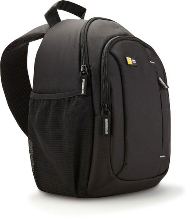 Case Logic TBC-410K, Black рюкзак для зеркального фотоаппаратаCL_DC_TBC-410KКогда вам нужно вести съемку весь день, вам пригодится очень компактная наплечная сумка, вмещающая цифровую зеркальную фотокамеру с прикрепленным zoom-объективом и дополнительными принадлежностями. Вы легко сможете все это достать, просто передвинув сумку на ремне вперед. Сумка предназначена для размещения зеркального фотоаппарата с прикрепленным стандартным объективом, а также дополнительного объектива, вспышки или других принадлежностей. Уникальная запатентованная система гамак поддерживает камеру в отделении с боковым открытием, обеспечивающим быстрый доступ. Стороны сумки, имеющей систему гамак, приподнимаются, обеспечивая место для дополнительного объектива, флешки или других аксессуаров. Верхнее отделение для личных вещей (куртки, солнцезащитных очков или еды). Переднее отделение на молнии позволяет содержать в порядке и доступности любые необходимые аксессуары. Передний накладной кармашек для крышки объектива, которая всегда будет на...