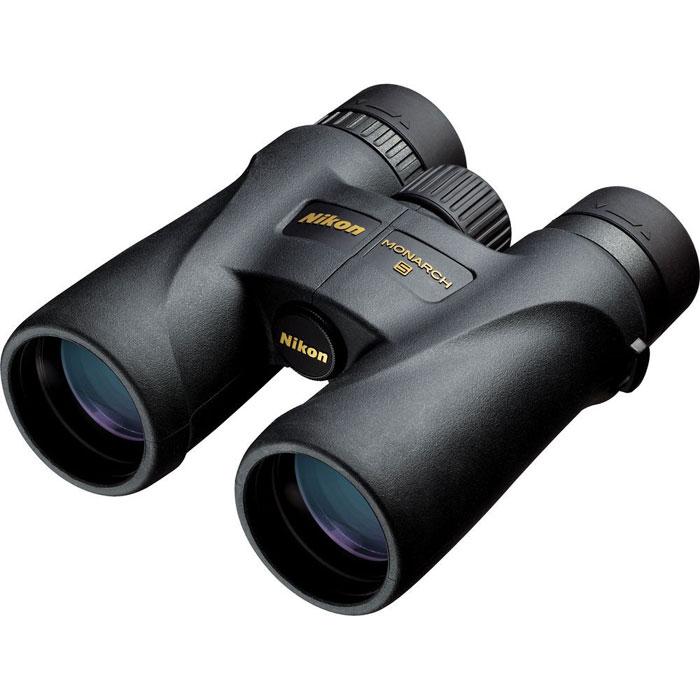 Nikon Monarch 5 10x42 бинокльMonarch 5 10x42Бинокли Nikon Monarch известны всему миру благодаря конструктивному дизайну, качеству работы, неизменному при любых погодных условиях, и яркому насыщенному и контрастному изображению даже при низком уровне освещения. Сочетание передовых технологий и многолетнего опыта работы в области разработки и создания оптических наблюдательных приборов привело к выходу на мировой рынок новой линейки биноклей Nikon Monarch 5. Отличительные черты моделей данной серии - это меньший вес (по сравнению с биноклями серии Nikon Monarch и Nikon Monarch 3) и применение линз из ED стекла (для получения высококонтрастного изображения). Основное назначение бинокля Nikon Monarch 5 10x42 Вы можете использовать бинокль Nikon Monarch 5 10x42 во время наблюдений за животными и птицами, для поиска объектов во время охоты или морского путешествия. Также данную модель можно использовать как дополнение к телескопу при проведении астрономических наблюдений за объектами большой протяжённости. ...
