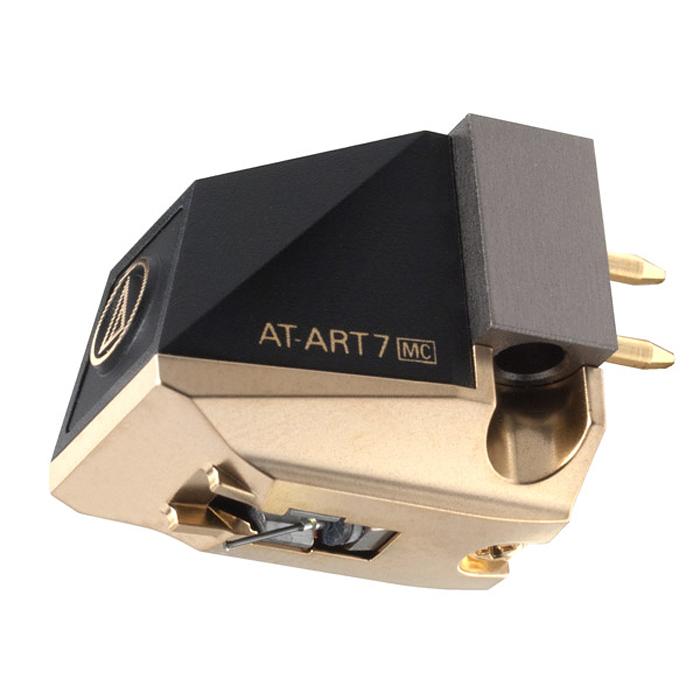 Audio-Technica AT-ART7 головка звукоснимателя15116737Головка звукоснимателя с подвижной катушкой Audio-Technica AT-ART7 обладает выходным напряжением в 0,12 мВ и повторяет дизайн и некоторые конструктивные особенности культового юбилейного MC-картриджа Audio- Technica AT50ANV. Корпус модели имеет оригинальный внешний вид с характерными «рублеными» формами. Его основание изготовлено из прошедшего специальную машинную обработку алюминия и служит для крепления преобразователя - подвижной системы, состоящей из двух катушек с воздушными сердечниками, а также мощного неодимового магнита, позволяющего снизить массу и размеры картриджа. Верхняя часть корпуса выполнена из прочного пластика. Благодаря такой конструкции головке звукоснимателя удается уверенно противостоять паразитным резонансам. Каркас для намотки проводов катушек изготовлен из жидкокристаллического полимера (ЖКП), обладающего высокой механической прочностью. Такой материал дает возможность уменьшить вес каркаса, сделав его более тонким. ЖКП...
