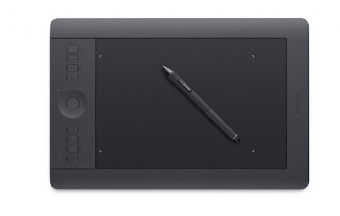 Wacom Intuos Pro S графический планшетPTH-451-RUPL PTH-451-RUPLIntuos Pro S — компактность и мощь. Благодаря своей компактности этот планшет позволит Вам использовать всю свою мощь за небольшим рабочим столом, а завершив работу — «упаковать» ее в сумку для ноутбука. Intuos Pro - идеальный инструмент для творческих профессионалов, таких как фотографы, дизайнеры и цифровые художники. Кроме того, он предлагает энтузиастам возможности для работы, которые позволят достичь профессиональных результатов. Wacom Grip Pen с 2048 уровнями чувствительности пера к нажиму, распознаванием нажатия в 1 грамм и чувствительности к углу наклона позволяет художникам создавать свои работы с точностью и четкостью обычных, традиционных кисточек и ручек. А благодаря улучшенным жестам мульти-тач можно располагать файлы и управлять работой с ними на интуитивном уровне. Настраиваемые по желанию пользователя клавиши ExpressKeys и кольцо Touch Ring помогают ускорить работу и увеличить продуктивность. Благодаря им пользователи могут уменьшить...