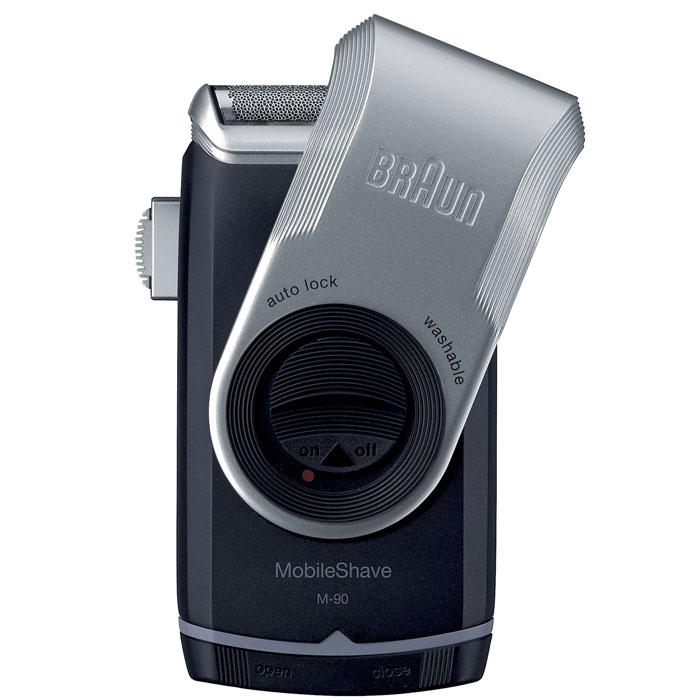Braun MobileShave M90 электробритва81435403Удобная и портативная Braun MobileShave M90 - ваш идеальный помощник в уходе за телом за пределами дома. Благодаря компактному размеру и 2 пальчиковым батарейкам типа AA она окажется незаменимой на работе, в машине или даже в коротком отпуске. MobileShave - это самая маленькая электробритва Braun, которая не уступает другим бритвам бренда в технологии, качестве и дизайне. Это обязательный инструмент каждого мужчины, который хочет и должен следить за собой в течение дня. Уникальная бреющая сетка SmartFoil захватывает волоски, растущие в разных направлениях. Невероятно широкая и тонкая плавающая сетка повторяет контуры лица, обеспечивая тем самым максимально чистое и комфортное бритье. Бритву MobileShave можно полностью промывать под проточной водой. Освежившись, вам не нужно тратить время на чистку бритвы. Крышка бритвы MobileShave не только защищает сетку, когда вы не пользуетесь бритвой, но и служит для удлинения ручки - для удобного и точного бритья.