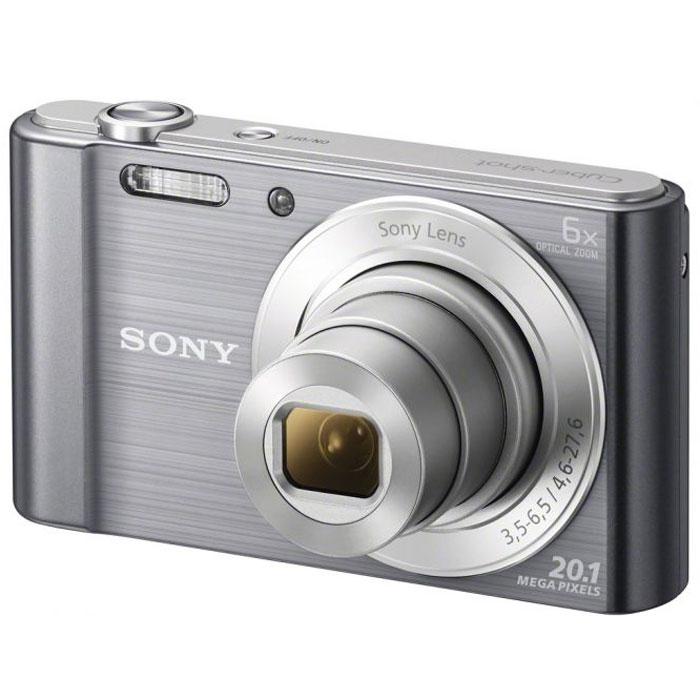Sony Cyber-shot DSC-W810, Silver цифровой фотоаппаратDSCW810S.RU3Компактная камера Sony Cyber-shot DSC-W810 с 6-кратным оптическим зумом. Камера W810 оснащена множеством функций для удобства съемки четких фотографий и видеороликов в разрешении HD. Делайте четкие снимки крупным планом с помощью 6-кратного оптического зума. В режиме вечеринки вы сможете с удобством делать прекрасные фотографии во время вечеринок. Без труда делайте красивые снимки в любых условиях. Матрица 20,1 Мпикс с высоким разрешением и встроенный автофокус обеспечивают четкие, детализированные кадры даже при быстром движении. Если объект съемки находится далеко, станьте к нему ближе с помощью 6-кратного оптического зума, который позволяет запечатлеть четкие снимки. Режим вечеринки отлично подходит для съемки на ночной вечеринке. Он сочетает улучшенную вспышку с оптимизированными настройками ISO, экспозиции и яркости цвета для ярких и четких снимков с вечеринки, длящейся всю ночь напролет. Кнопка Movie позволяет снимать видео в формате 720p HD и мгновенно...