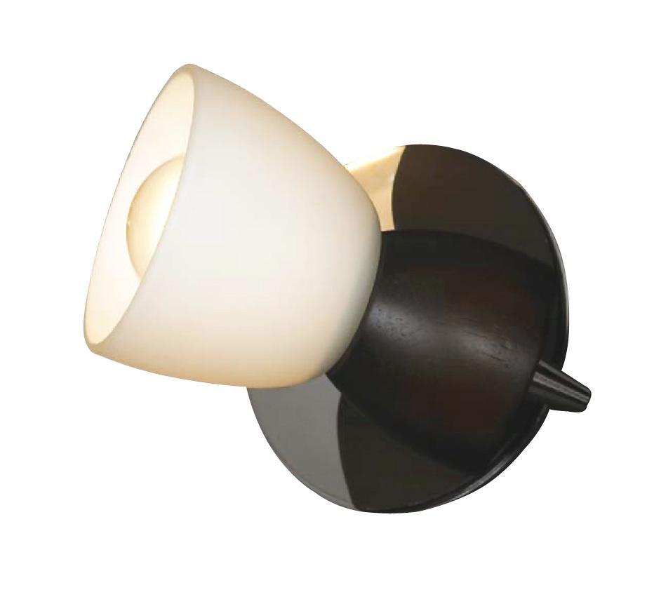 Настенно-потолочный светильник Lussole Messina LSL-8201 01LSL-8201-01Споты – это один или несколько светильников, расположенных на одном основании, и свободно крепящиеся не только на потолок, но и на стену. Главная особенность спотов в том, что они могут поворачиваться относительно своего основания в разные стороны, обеспечивая более эффективное и целенаправленное освещение различных зон. Споты позволяют создать «зональное» освещение разных частей комнаты. Настенные и потолочные споты на кухне одновременно хорошо осветят и зону приготовления пищи, и обеденную зону.