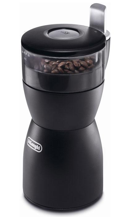 De'Longhi KG 40 кофемолкаKG40Э Электрическая кофемолка DeLonghi KG40 - мощный и производительный аппарат, способный быстро измельчить довольно приличный объем кофе - до 90 граммов. Устройство имеет съемную колбу с делениями для удобства заправки, единую кнопку для управления процессом помола. Ножи из нержавеющей стали не требуют заточки, обеспечивают надежную и долгую службу прибора. Кофемолка DeLonghi KG40 подойдет также для помола сахара, круп и специй, а для зернового кофе предусмотрена функция измельчения по количеству чашек (максимум до 12). Безопасность работы прибора обеспечивает прорезиненное нескользящее основание. Модель комплектуется отсеком для хранения шнура и удобной щеточкой для очистки механизма.