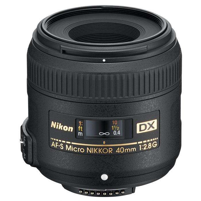 Nikon AF-S DX Micro NIKKOR 40mm f/2.8G объективJAA638DAСтандартный макрообъектив Nikon AF-S DX Micro NIKKOR 40mm f/2.8G прекрасно подходит для съемки объектов с малого расстояния благодаря большой светосиле f/2,8 и масштабу съемки 1:1. Эксклюзивный бесшумный ультразвуковой мотор (SWM) Nikon обеспечивает тихую автофокусировку, благодаря которой можно снимать с близкого расстояния, не спугнув объект съемки. Большая светосила позволяет выделять объекты на фоне размытого заднего плана и обеспечивает получение резких снимков в условиях недостаточного освещения. Призванный улавливать мелкие детали, этот исключительно удобный в обращении объектив позволяет снимать потрясающие крупные планы, а также прекрасные общие планы и портреты.