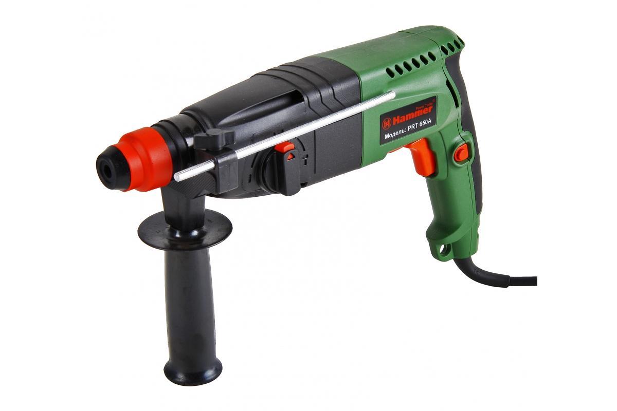 Hammer PRT650A перфораторPrt650aДомашний помощник Производитель ручного инструмента Hammer создал модель Prt650a для использования как в быту, так и на производстве. Перфоратор предназначен для создания отверстий в металле, в дереве и других твердых материалах. В режиме «сверление с ударом» или «долбление» инструмент способен продолбить отверстие в бетоне, кирпиче, керамике. А если переключиться в режим «завинчивание» инструмент превращается в обычный шуруповерт, которым можно вкручивать саморезы. Отличная производительность При относительно не сложных видах работ, а также при эксплуатации инструмента на высоте вам необходим сравнительно легкий и производительный перфоратор. Именно таким является Prt650a от производителя Hammer. Весом 3.3 кг, он снабжен мощным двигателем 650 Вт и длинным сетевым кабелем 3.3 м. Модель имеет функцию удара с энергией 2.2 Дж, частотой 4850 уд/мин., что делает его отличным «убийцей» бетона и кирпича. Долбить или сверлить...