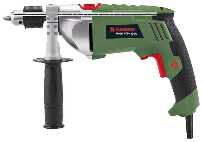 Hammer UDD1100A дрель ударнаяUdd1100aОтличительной особенностью данной модели является наличие редуктора в металлическом корпусе, который гарантирует высокую надежность геометрических размеров передачи, быстрое охлаждение при интенсивных нагрузках, что в итоге обеспечивает бесперебойную работу ударной дрели, что, в свою очередь, значительно повышает срок службы инструмента. Благодаря наличию реверса, ударную дрель можно использовать как шуруповерт Основная рукоять с антискользящим резиновым протектором снижает вибрацию при работе В комплектацию входит вторая рукоятка, она позволят надежно фиксировать инструмент в руках Модель оснащена ключевым патроном, что увеличивает надежность крепления оснастки в патроне (особенно при бурении), а, следовательно, гарантирует безопасность В зависимости от плотности материала, регулировка скорости вращения позволяет начать работу на малых оборотах (т.е. медленном сверлении), а в дальнейшем, при необходимости, увеличивать частоту вращения для качественной обработки материала