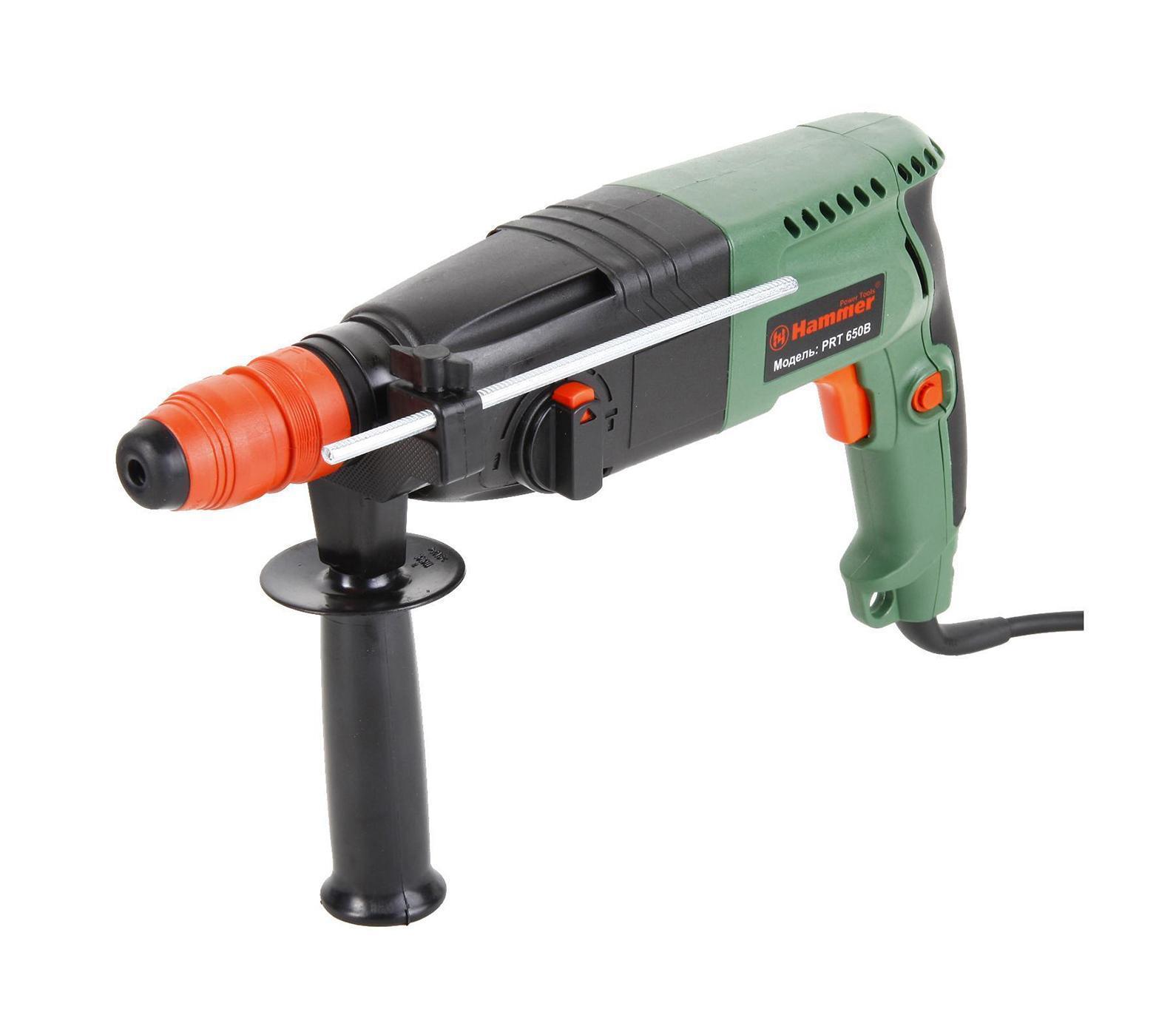 Hammer PRT650В перфораторPRT650В перфораторДомашний помощник Производитель ручного инструмента Hammer для использования как в быту, так и на производстве. Перфоратор предназначен для создания отверстий в металле, в дереве и других твердых материалах. В режиме «сверление с ударом» или «долбление» инструмент способен продолбить отверстие в бетоне, кирпиче, керамике. Отличная производительность При относительно не сложных видах работ, а также при эксплуатации инструмента на высоте вам необходим сравнительно легкий и производительный перфоратор. Именно таким является от производителя Hammer. Весом 3.3 кг, он снабжен мощным двигателем 650 Вт и длинным сетевым кабелем 3.3 м. Модель имеет функцию удара с энергией 2.2 Дж, частотой 4850 уд/мин., что делает его отличным «убийцей» бетона и кирпича. Долбить или сверлить Самым популярным режимом большинства перфораторов является режим «сверления с ударом», при котором рабочая оснастка получает одновременно оборотные...