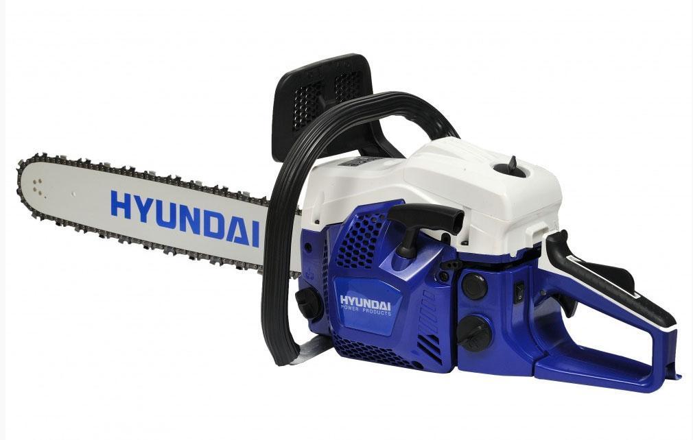 Hyundai X 460 бензопилаX460Обратите внимание на новую высокопроизводительную бензопилу HYUNDAI Х-460, она может заготавливать дрова, обрезать молодые побеги, распиливать толстые древесные поверхности. Устойчиво выдерживая достаточно серьезные нагрузки, механизм HYUNDAI Х 460 продолжает функционировать эффективно на протяжении длительного периода времени. Стабильная и безотказная работа механизма обеспечена электронным зажиганием и наличием декомпрессионного клапана, способствуя простоте, плавности и ровному запуску двигателя. У бензопилы есть несколько конструктивных преимуществ, в ее составе находится долговечный 2-х тактный движок мощностью 3,1 л. с., установлена основная шина длиной 450 мм, и цепь Oregon толщиной звеньев 1,5 мм с улучшенной режущей способностью. На бензопиле предусмотрена новейшая антивибрационная система, поглощающая возникающие колебания и вибрацию, тем самым облегчая нагрузку на руки. Дополнительное техническое и сервисное обслуживание данной модели не требуется,...