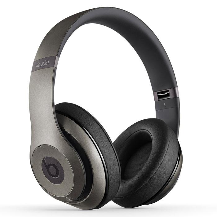 Beats Studio 2.0, Titanium наушники900-00188-03Beats Studio 2.0 - одни из самых стильных и удобных наушников, созданных всемирно известной компанией Beats. Передовые технологии в конструкции динамиков, такие как Beats Engine, обеспечивают идеальную передачу звука, открывая его новые грани и оттенки. Профессиональное звучание динамиков дополняется непревзойденной функцией двухрежимного адаптивного шумоподавления. Встроенный литий-ионный аккумулятор с универсальным разъемом microUSB позволит наслаждаться музыкой до 20 часов без подзарядки. А мягкие амбушюры и каркасные прокладки обеспечат абсолютный комфорт при прослушивании. Данная модель также отличается повышенной прочностью и износостойкостью. Легендарный узнаваемый дизайн от Роберта Бруннера привлечет внимание к вашей персоне, где бы вы не находились.