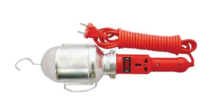 Уличный светильник UNIVersal 8332883328Светильник переносной UNIVersal предназначен для временного местного освещения рабочей зоны в условиях удаленности от источника света и питающей сети. Устройство оснащено металлическим отражателем с антикоррозийным покрытием. Для удобства использования в верхней части имеется специальный подвесной крюк, позволяющий устойчиво закрепить осветительный прибор в момент эксплуатации. Ручка выполнена из высококачественной конструкционной пластмассы, не поддерживающей горение, а также снабжена встроенным выключателем и в отдельных наименованиях приборной розеткой для максимального повышения функциональности изделия. Питающий провод с усиленной двойной изоляцией позволяет осуществлять эксплуатацию на расстоянии до 10 м. Характеристики: Материал: ABS пластик, металл. Длина шнура: 10 м. Размеры светильника: 40 см x 9 см x 9 см. Размер упаковки: 47 см x 18,5 см x 10 см.