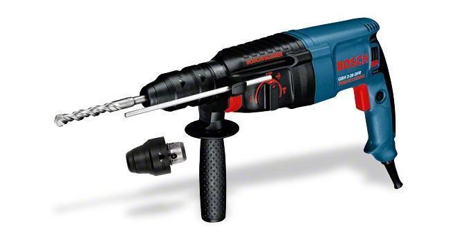 Перфоратор Bosch GBH 2-26 DFR0611254768Домашний помощник Производитель ручного инструмента Bosch для использования как в быту, так и на производстве. Перфоратор предназначен для создания отверстий в металле, в дереве и других твердых материалах. В режиме «сверление с ударом» или «долбление» инструмент способен продолбить отверстие в бетоне, кирпиче, керамике. Отличная производительность При относительно не сложных видах работ, а также при эксплуатации инструмента на высоте вам необходим сравнительно легкий и производительный перфоратор. Именно таким является от производителя Bosch. Весом 3.4 кг, он снабжен мощным двигателем 800 Вт и длинным сетевым кабелем 3.4 м. Модель имеет функцию удара с энергией 3 Дж, частотой 4000 уд/мин., что делает его отличным «убийцей» бетона и кирпича. Долбить или сверлить Самым популярным режимом большинства перфораторов является режим «сверления с ударом», при котором рабочая оснастка получает одновременно оборотные и...