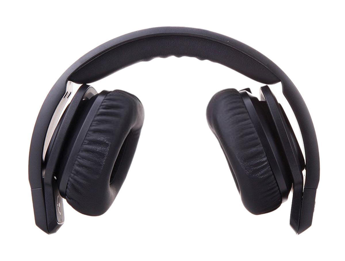 JBL J55A, Black наушникиJ55A BLKЧистейшие басы — на зависть другим наушникам! Накладные наушники с микрофоном для устройств Apple. Любая музыка звучит потрясающе благодаря изумительной чистоте глубокого и точного баса JBL. Поворачивающиеся диджейские чашки позволяют быть в курсе происходящего. Не теряйте ритма. Удобный трехкнопочный пульт ДУ с микрофоном позволяет вам отвечать на звонки и возвращаться к музыке. Качество аудио, оставляющее конкурентов далеко позади. Опираясь на опыт, полученный при создании одних из самых лучших акустических систем в мире, инженеры JBL создали легкие, удобные и современные накладные наушники, выдающие безукоризненный звук JBL. Излучатели премиум-класса наушников J55 производят настолько чистые и объемные басы, что продукты конкурентов просто не могут за ними угнаться. Чистые, точные басы позволяют вам слышать самую суть музыки.