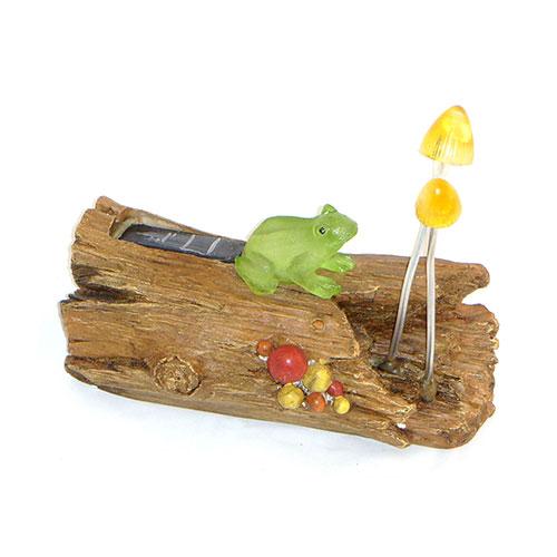 Декоративный светильник Счастливый дачник Лягушка на бревне LNBLNBДекоративный светильник на солнечной батарее Лягушка на бревне- простое и эффективное решение. Он идеально подходит для украшения дачи, садового участка отдыха и других территорий. Также его можно использовать для выделения затемненных уголков участка, подсветки дорожек и для освещения ступенек. Данное устройство экологично и не наносит вреда окружающей среде, так как заряжается от солнечного света с помощью солнечной батареи и работает от встроенного Ni-Cd аккумулятора. Солнечный свет попадая на солнечную батарею, заряжает встроенный аккумулятор. Батарея заряжается при попадании солнечного света на солнечную батарею. При наступлении темноты светодиод автоматически начинает светить. Фонарь отлично подходит для украшения садового участка, украшения дачи и других территорий. При использовании светильников на солнечной батарее, вам не нужно будет прокладывать траншеи, выполнять земляные работы, прокладывать электрический кабель, делать другую опасную и дорогостоящею работу. Они очень...