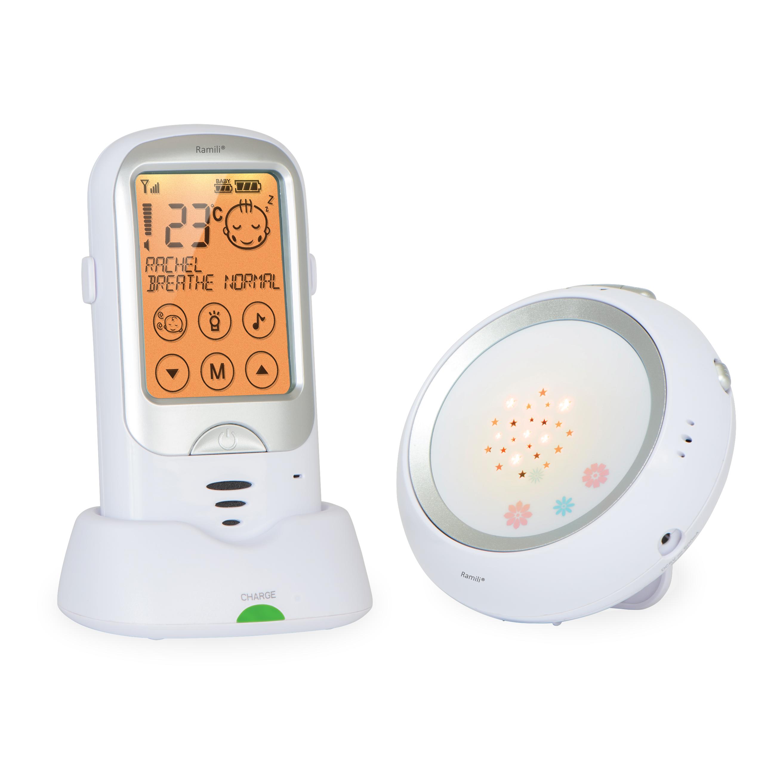 Радио-няня Ramili Baby RA300RA300Ramili Baby Digital Baby Monitor RA300 представляет собой радионяню, вобравшую в себя все передовые технологии. Она обеспечивает простое и удобное общение с ребенком, полностью безопасна, ее звучание является кристально чистым, а диапазон действия составляет расстояние до 650 метров. Устройство постоянно в автоматическом режиме мониторит расстояние между блоками и регулирует мощность передачи сигнала, тем самым продлевая срок службы аккумулятора. Радионяня Ramili Baby Digital Baby Monitor RA300 включает в себя множество полезных, потрясающих возможностей, обеспечивающих высоким комфорт при использовании в повседневной рутине: сенсорный дисплей, автоматическое определение плача ребенка, двустороннюю связь, великолепный ночник с возможностью проецирования симпатичных звезд и многое другое. Кристально чистый звук Автоматический поиск каналов для обеспечения наилучшего качества