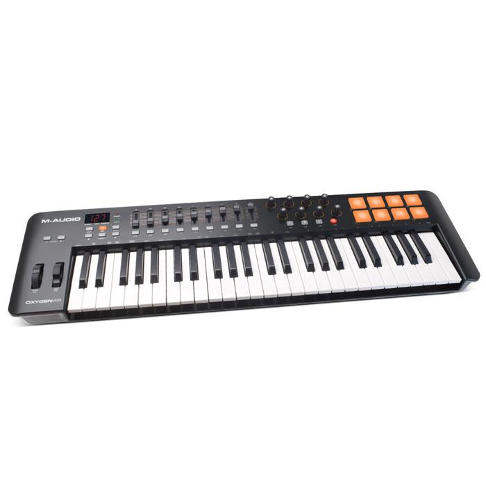 M-Audio Oxygen 49 II midi-клавиатураOxygen 49IVM-Audio Oxygen 49 - новый MIDI-контроллер, принадлежащий серии Oxygen, представленной на выставке Musikmesse 2014. Этот MIDI-контроллер идеально подойдет для продюсеров, новая модель обладает большим количеством удобно расположенных элементов управления, а раскладка понятна на уровне интуиции. В комплектес M-Audio Oxygen 49 поставляется пакет ПО, который можно использовать для создания собственной музыки. Модель имеет 8 триггерных пэдов, все они чувствительно к скорости нажатия. С их помощью пользователь сможет запускать аудиоклипы, звуки ударных и другие инструменты. 8 регуляторов назначаются пользователем, через них можно настроить плагины и микшер. M-Audio Oxygen 49 имеет 9 фейдоров для MIDI управления и ЖК-экран. К контроллеру прилагается ПО, в которое входит Ableton Live Lite и SONiVOX Twis. M-Audio Oxygen 49 комплектуется Ableton Live Lite - это одно из наиболее популярных программных обеспечений для профессиональных музыкантов....