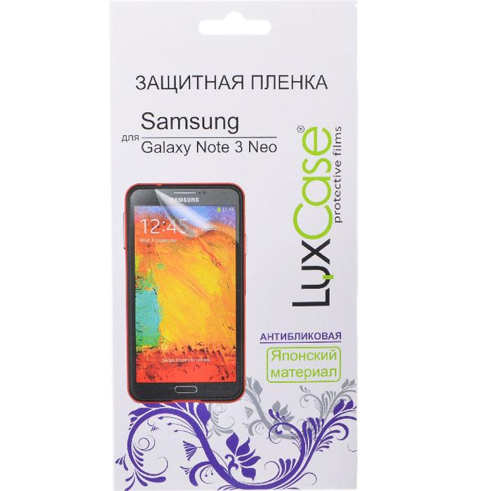 Luxcase защитная пленка для Samsung Galaxy Note 3 Neo, антибликовая80829Защитная пленка для Samsung Galaxy Note 3 Neo (антибликовая или суперпрозрачная) имеет два защитных слоя, которые снимаются во время наклеивания. Данная защитная пленка подходит как для резистивных, так и для емкостных экранов, не снижает чувствительности на нажатие. На защитной пленке есть все технологические отверстия под камеру, кнопки и вырезы под особенности экрана. Благодаря использованию высококачественного японского материала пленка легко наклеивается, плотно прилегает, имеет высокую прозрачность и устойчивость к механическим воздействиям. Потребительские свойства и эргономика сенсорного экрана при этом не ухудшаются.