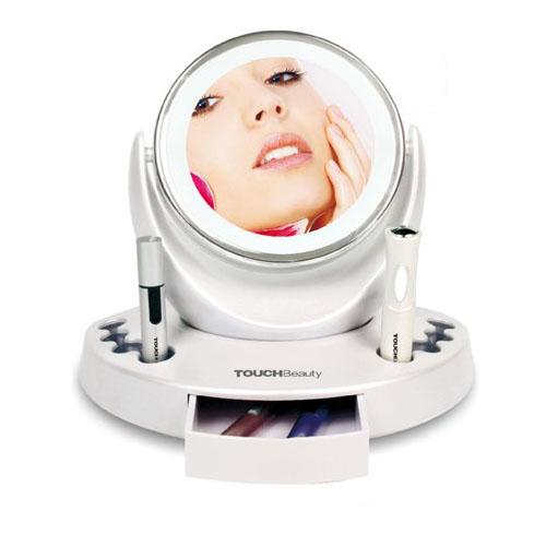 Косметический набор Touchbeuty AS-0708AS-0708Косметический набор Touchbeuty AS-0708 состоит из 5 предметов: двустороннее зеркало с подсветкой, одна из сторон с пятикратным увеличением, электрический женский триммер, пинцет с подсветкой и с лупой, электрозавивка для ресниц и триммер для носа Косметический набор оснащен удобной подставкой для всех аксессуаров с дополнительными отверстиями и контейнером для хранения.