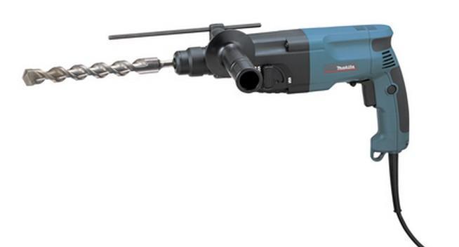 Makita HR2020HR2020Домашний помощник Производитель ручного инструмента Makita для использования как в быту, так и на производстве. Перфоратор предназначен для создания отверстий в металле, в дереве и других твердых материалах. В режиме «сверление с ударом» инструмент способен продолбить отверстие в бетоне, кирпиче, керамике. А если переключиться в режим «завинчивание» инструмент превращается в обычный шуруповерт, которым можно вкручивать саморезы. Отличная производительность При относительно не сложных видах работ, а также при эксплуатации инструмента на высоте вам необходим сравнительно легкий и производительный перфоратор. Именно таким является от производителя Makita. Весом 2.3 кг, он снабжен мощным двигателем 710 Вт и длинным сетевым кабелем 2.3 м. Модель имеет функцию удара с энергией 2.2 Дж, частотой 4050 уд/мин., что делает его отличным «убийцей» бетона и кирпича. Долбить или сверлить Самым популярным режимом большинства...