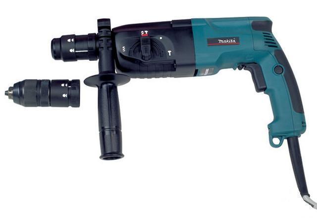 Makita HR2450FTHR 2450 FTДомашний помощник Производитель ручного инструмента Makita создал модель HR 2450 FT для использования как в быту, так и на производстве. Перфоратор предназначен для создания отверстий в металле, в дереве и других твердых материалах. В режиме «сверление с ударом» или «долбление» инструмент способен продолбить отверстие в бетоне, кирпиче, керамике. Отличная производительность При относительно не сложных видах работ, а также при эксплуатации инструмента на высоте вам необходим сравнительно легкий и производительный перфоратор. Именно таким является HR 2450 FT от производителя Makita. Весом 2.9 кг, он снабжен мощным двигателем 780 Вт и длинным сетевым кабелем 2.9 м. Модель имеет функцию удара с энергией 2.7 Дж, частотой 4500 уд/мин., что делает его отличным «убийцей» бетона и кирпича. Долбить или сверлить Самым популярным режимом большинства перфораторов является режим «сверления с ударом», при котором рабочая...