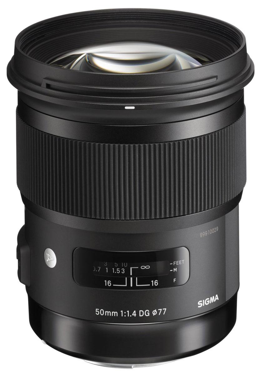 Sigma AF 50mm F/1.4 DG HSM Art объектив для Nikon311955Sigma AF 50mm F/1.4 DG HSM Art - широкоугольный объектив для полнокадровых DSLR. Также он пригоден для камер формата APS-C / DX, предоставляя 75мм равноценный эффект короткого телефото. У объектива сложная оптическая схема (13 элементов в 8 группах). Объектив оснащен ультразвуковым двигателем фокусировки и использует улучшенные алгоритмы автофокусировки. Он также совместим со стыковочной станцией USB Dock, что дает пользователю возможность при необходимости обновить прошивку (встроенное программное обеспечение). Его система также совместима с Mount Conversion Service. Данная модель включает в себя плавающую систему, которая позволяет регулировать расстояние между группами линз при фокусировке, тем самым уменьшая требующееся количество движения линз. Так достигается минимальное расстояние фокусировки – 40 см и максимальное увеличение – в соотношении 1:5.6. Объектив обеспечивает высокую производительность рендеринга во всем диапазоне фокусировки. HSM (Hyper...