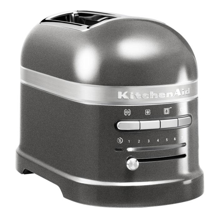 KitchenAid Artisan (5KMT2204EMS), Grey тостер5KMT2204EMSKitchenAid Artisan 5KMT2204 - один из самых совершенных тостеров, представленных сегодня на рынке. Его классический дизайн послужит отличным дополнением любого интерьера кухни, кроме того, вы сможете выбрать цвет тостера в зависимости от своих предпочтений. Девять режимов работы позволяют получить хрустящую корочку от слегка золотистого до коричневого цвета. Когда тосты готовы, подается звуковой сигнал. Затем тостер поддерживает готовые хлебцы теплыми, пока их не вынут. Для тех, кто любит незажаренный теплый хлеб к завтраку, предусмотрена функция подогревания. Установив на верхнюю часть прибора решетку для разогрева выпечки, вы получите вкусные булочки, пирожки, круассаны, будто только вынутые из духовки. Надежность и долговечность техники KitchenAid определяется технологией производства. Цельнометаллический корпус покрывается ударопрочной, гигиеничной эмалью, все материалы и детали приборов проходят тщательную проверку, поэтому тостеры KitchenAid служат своим владельцам не...