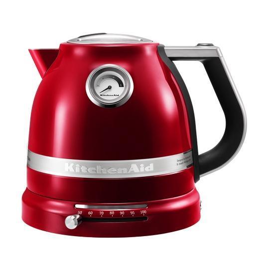 KitchenAid Artisan (5KEK1522EER), Red электрочайник5KEK1522EER RedКрасивые и надежные чайники выполнены в изумительном ретро-дизайне. Актуальные цвета позволяют выбрать нужный вариант для каждой кухни: черный, кремовый, стальной и, конечно же, популярное «карамельное яблоко». Чайник Artisan выглядит достойно, работает тихо, благодаря стальному корпусу возвышается как монолит! Регулируемая температура кипения — главный плюс! Встроенный в основание регулятор нагрева — не только отличная возможность получить воду нужной температуры, но и услада гурманов от дизайна. Литой рычажок мягко скользит по желобу, минуя отметки в 50 — 60 — 70 — 80 градусов и доставляя неповторимые тактильные ощущения. Мягкая неоновая подсветка сопровождает этот путь, абсолютно не раздражая. Конечно, можно получить и крутой кипяток, поставив настройки на деление 100, но помните, что чай — создание капризное, и каждый его вид требует нужной температуры воды. Белые и желтые чаи раскрывают свой вкус в воде около 50С — 60С. Более горячая вода испортит впечатление неприятной...