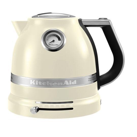 KitchenAid Artisan (5KEK1522EAC), Cream электрочайник5KEK1522EAC CreamЭлектрический чайник KitchenAid ARTISAN объемом 1,5 литра - это новое слово в бытовой технике. Великолепные формы, эргономичность и элегантность - лучший образец, который обязательно должен быть на любой кухне. Выпить чашку чая с KitchenAid ARTISAN - это доставить себе истинное наслаждение и удовольствие. Ценители чайного напитка прекрасно знают, что каждый вид чая требует своей температуры воды. Но добиться нужного нагрева с обычной моделью было невероятно сложно. Теперь все изменилось: с двустенным электрическим чайником KitchenAid ARTISAN объемом 1,5 литра вы можете: выбирать нужную температуру нагрева от 50 до 100 градусов; поддерживать воду горячей в течение всей чайной церемонии; видеть температуру воды даже тогда, когда чайник не стоит на своей платформе; не ждать любимого напитка дольше положенного - этот прибор нагревает воду моментально.