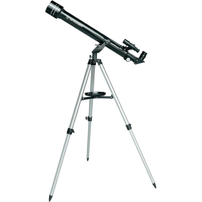 Bresser Arcturus 60х700 телескоп17803Телескоп Bresser Arcturus 60х700 создавался специально для детей и подростков. Он очень прост в обращении, не требует сложных настроек. При этом, его оптика выполнена из высококачественного стекла с просветляющим покрытием. 60-мм объектив позволяет детально рассмотреть поверхность Луны. А благодаря входящему в комплект окуляру 4мм вы сможете увидеть Юпитер и рассмотреть кольца Сатурна. Телескоп поставляется в прочном кейсе. Его можно переносить одной рукой и перевозить даже в общественном транспорте. Таким образом, вы сможете брать телескоп с собой в парк или за город. Фокусер имеет диаметр 1.25, что позволяет использовать дополнительные окуляры и аксессуары любых производителей и значительно расширить возможности телескопа. Благодаря идущему в комплекте диагональному зеркалу, в телескоп можно рассматривать и наземные объекты, как в подзорную трубу. В комплект с телескопом входит компас и карта звездного неба, которые отлично дополняют этот замечательный ...