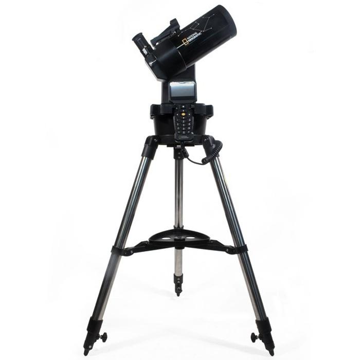 Bresser National Geographic 90/1250 GoTo телескоп60031Телескоп Bresser National Geographic 90/1250 GoTo – это зеркально-линзовый телескоп с автонаведением для новичков и опытных астрономов, построенный по схеме Максутова-Кассегрена. Все оптические элементы изготовлены из материалов высокого качества, а база данных компьютеризированной монтировки содержит 272 000 объектов – это гораздо больше, чем у обычных телескопов с автонаведением. Вести наблюдения можно, установив трубу телескопа на алюминиевый штатив, входящий в комплект поставки, или просто на стол. Монтировка – вилочная, одноперьевая. Электроприводы обеих осей обеспечивают быстрое наведение и плавное слежение за космическими телами. Телескопу доступны планетные наблюдения и объекты дальнего космоса: с ним вы увидите кратеры на поверхности Луны, облака в атмосфере Юпитера, кольца Сатурна и многое другое. Система автонаведения поможет легко сориентироваться на звездном небе даже новичкам, у которых еще нет опыта в поиске объектов. Вам нужно просто нажать...