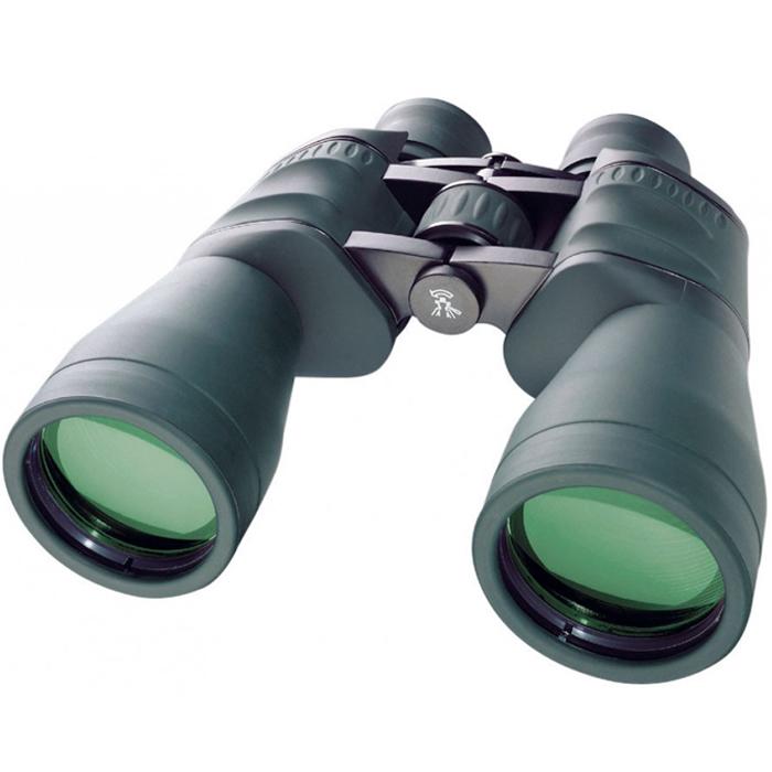 Bresser Spezial-Jagd 11x56 бинокль64651Bresser Spezial-Jagd 11x56 – это отличный полевой бинокль для охотников, рыболовов, туристов. Светосильные объективы диаметром 56 мм строят яркое изображение даже в сумерках. 11-кратное увеличение дает возможность подробно рассмотреть наблюдаемый объект на значительном расстоянии. Линзы бинокля изготовлены из оптического стекла BaK-4 и имеют полное многослойное просветляющее покрытие. Благодаря этому бинокль дает четкое и чистое изображение без аберраций. Диоптрийная корректировка позволяет компенсировать различия в остроте зрения правого и левого глаза. Наглазники бинокля имеют поворотно- выдвижную конструкцию, поэтому вести наблюдения удобно даже в очках. Резинное покрытие корпуса защищает прибор от пыли и обеспечивает надежный захват. Благодаря большому барабану центральной фокусировки наведение на объект можно осуществлять в перчатках.