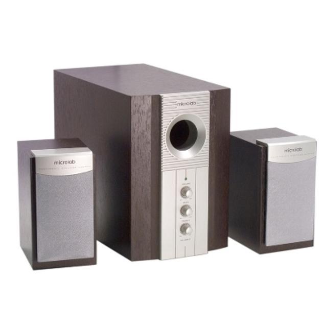Microlab M890, Silver Brown акустическая системаM890 Brown-silverMicrolab М-890 – это одна из лучших мультимедийных акустических систем 2.1. Она разработана специально для тех, кто предпочитает слушать музыку и смотреть видеофильмы на своем компьютере. Строгий классический и, вместе с тем, стильный дизайн модели позволяют ей стать отличным дополнением к любому интерьеру. Хорошие частотные характеристики системы дают Вам возможность слушать разные стили музыки и получать удовольствие от любимых записей. Качество акустики повышается за счет деревянного корпуса сабвуфера. Модель очень удобна в управлении, так как регуляторы громкости системы вынесены на переднюю панель сабвуфера. Вы сможете грамотно разместить компоненты системы в пространстве благодаря компактному размеру сателлитов и длине соединительных проводов.