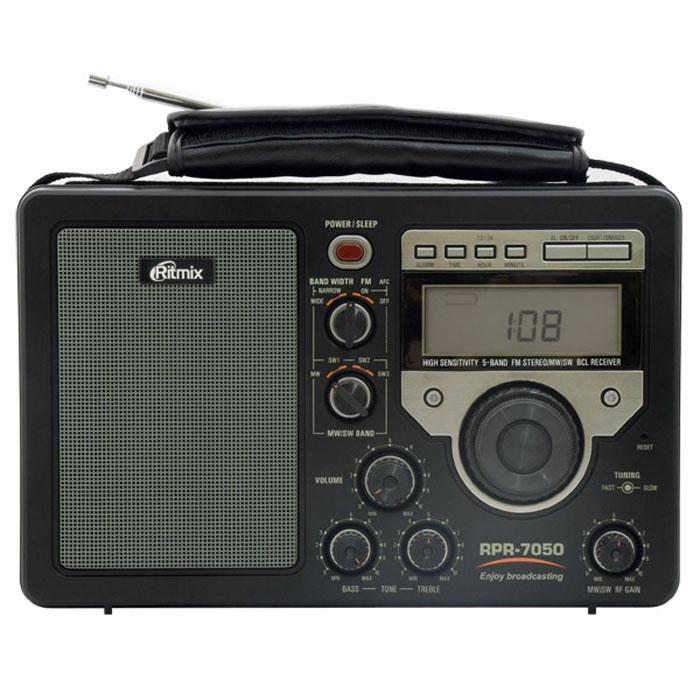 Ritmix RPR-7050, Black радиоприемник15114549Ritmix RPR-7050 – крупный переносной аналоговый приемник с цифровым дисплеем и отличным качеством приёма. Модель отличает качественный звук, работа от батареек или сети, огромное количество всевозможных настроек, цифровой дисплей с часами и будильник.