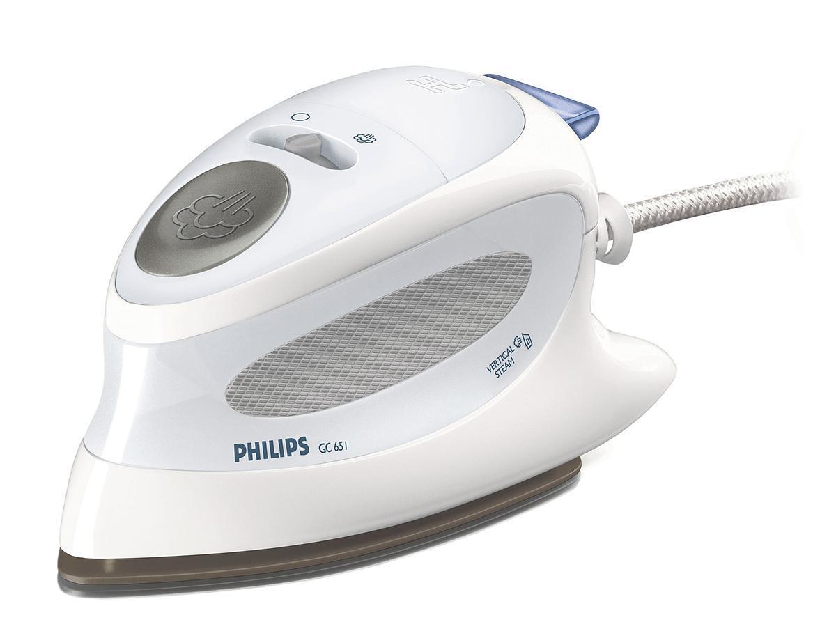 Philips GC 651/02 утюгGC651/02Дорожный утюг Philips GC651/02 - всегда безупречный внешний вид! Этот компактный, простой в применении утюг образует мощный пар, имеет эргономичную ручку и простое управление. Дома или в дороге, глажение одежды, которую вам хочется надеть, будет быстрым и легким. Вертикальное отпаривание для удаления складок в вертикальном положении Функция Паровой удар облегчает разглаживание неподатливых складок Возможность сухого глажения Подходит для жесткой воды Чехол для переноски утюга Желобок для пуговиц Мягкая ручка для комфорта при длительном глажении