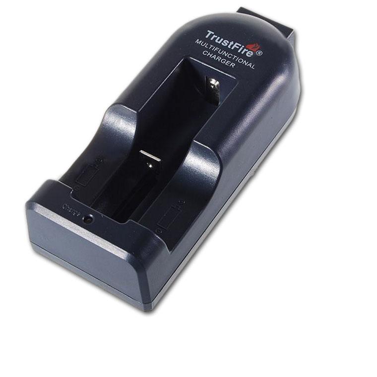 Зарядное устройство Trustfire TR002TR002TrustFire TR-002 - надежное, автоматическое, одноканальное зарядное устройство. Может заряжать разнотипные литиевые аккумуляторы. Производит зарядку литиевых аккумуляторов с разной степенью разряда а так же просто заряжать аккумулятор.