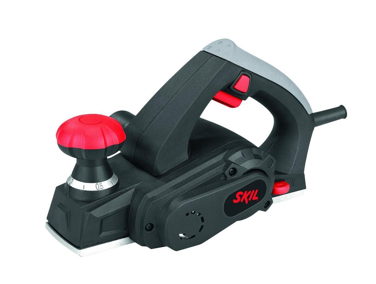 Skil 1550LA электрорубанок (F0151550LA)1550LAЛегкий, компактный рубанок мощностью 450 Вт идеально подходит для выполнения работы одной рукой в самых разных условиях Удобная подошва защищает обрабатываемое изделие и лезвия рубанка Широкая рукоятка регулировки глубины также служит дополнительной ручкой для надежного захвата инструмента Высококачественная алюминиевая шлифовальная подошва для обеспечения наилучшей гладкости шлифования Ножи с двусторонней заточкой обеспечивают гладкое шлифование поверхности и имеют длительный срок службы Для облегчения снятия фасок в алюминиевом основании предусмотрены 2 «V» – образных желоба Эргономичный дизайн и оптимальное положение равновесия для удобства использования инструмента Встроенное отделение для хранения ключей Дополнительно: возможно использование пылесоса для удаления пыли при работе